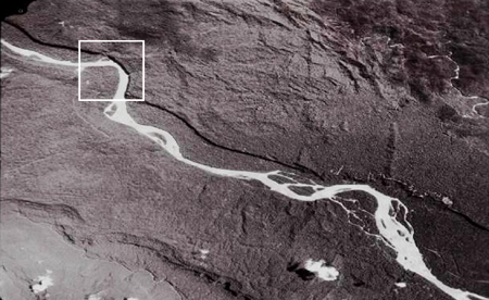 Aerial photograph of the area where the real cave is located. The marked area is the bend in the Pastaza River, which Hall visited in 2000 and which has all the required characteristics.